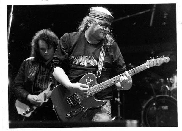 Marraskuussa 2006 menehtynyt muusikko Juice Leskinen muistetaan muun muassa kappaleista Viidestoista yö ja Syksyn sävel.