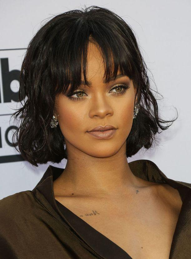 Kameleontin lailla eri tyylejä kokeileva Rihanna edusti toukokuussa polkkatukkaisena.