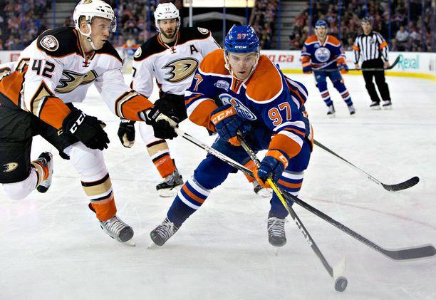 Connor McDavid näytti jo ensimmäisellä NHL-kaudellaan pystyvänsä vastaamaan koviin odotuksiin.