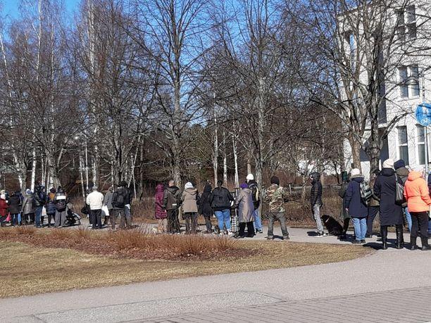 Ihmiset jonottivat perjantaina ruoka-apua Varustamo-diakonikeskuksella Helsingin Malmilla.