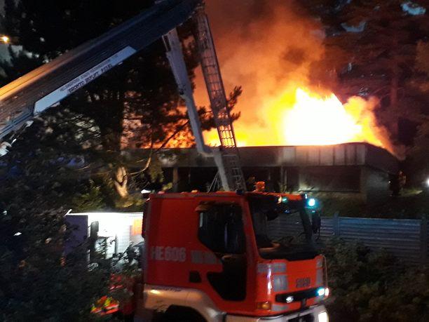 Paloa saapui sammuttamaan 12 pelastuslaitoksen yksikköä.