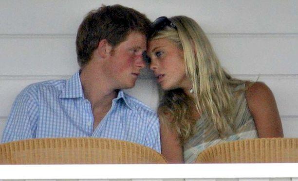 Prinssi Harry ja Chelsy Davy vuonna 2006. Pariskunta viihtyi yhdessä lukuisissa tapahtumissa ja harkitsi jopa naimisiin menoa.