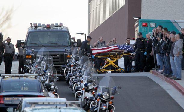Menehtynyt poliisi vietiin sairaalasta kunniasaatossa.