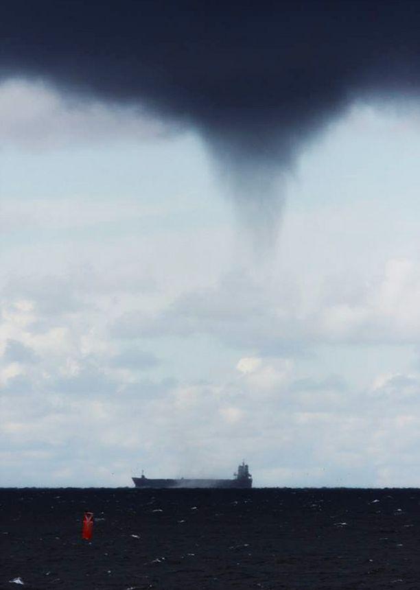 Länsi-Suomen merivartiosto kuvasi tämän vesipatsaan maanantaina Porin lähistöllä.
