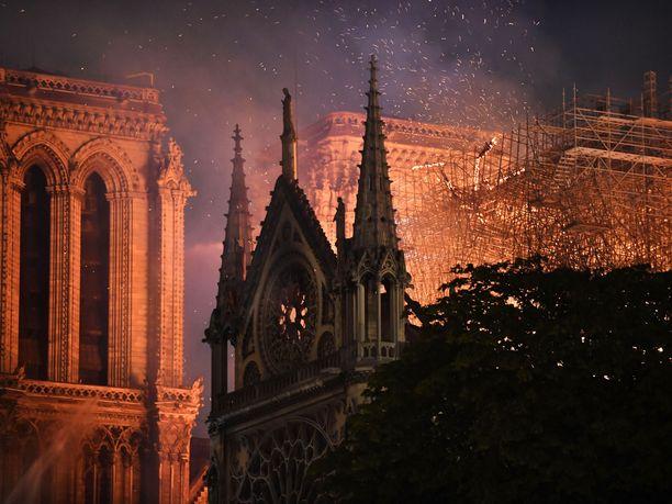 Pariisin Notre Damen katedraali kärsii valtavat vahingot, mutta presidentti Emmanuel Macron vannoo, että se rakennetaan uudelleen.
