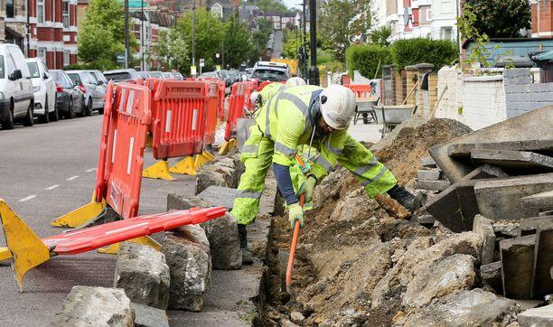 Erikoisen rajoitusmääräyksen saanut mies työskentelee rakennustyömailla Lontoossa. Kuvituskuva.