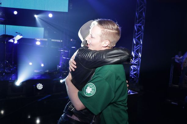 Mikael Saari sai kehut ja halauksen Isac Elliotilta.
