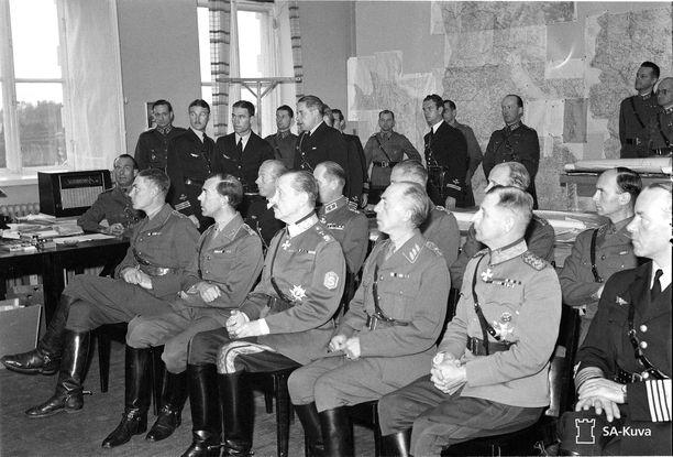 Ylipäällikkö Mannerheim ja hänen oikealla puolellaan Ruotsin perintöprinssi Kustaa Adolf kuuntelevat maavoimatoimiston päällikkö, eversti V.A.M. Karikosken esitelmää Päämajassa 24. syyskuuta 1941.