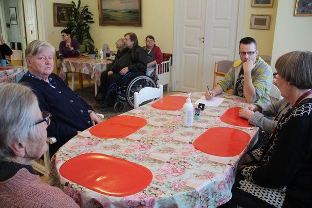 Asukaskokouksessa mietittiin yhdessä tulevan kuukauden ruokalistaa. Vastaava sairaanhoitaja Markus Kuusisto kirjasi toiveet ylös.
