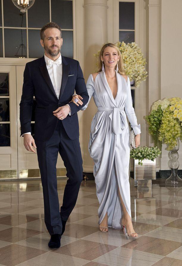 Blake Lively edusti upeana puolisonsa, näyttelijä Ryan Reynoldsin kanssa.
