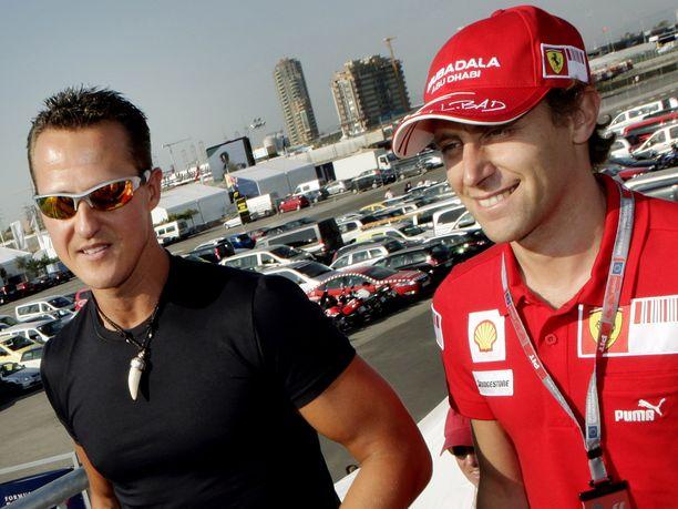 Michael Schumacher (vas.) ja Luca Badoer ovat hyviä ystäviä ja perhetuttuja.