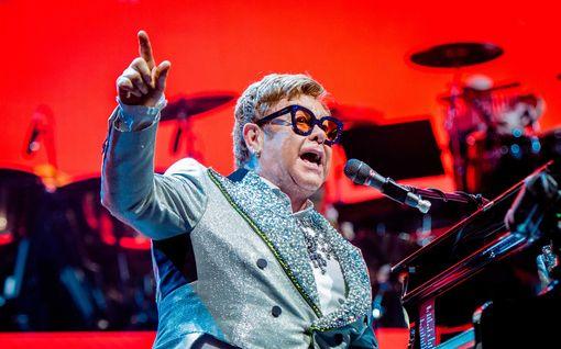 Elton John vakuuttui oppilaiden tekemästä cover-versiosta – kutsui tekijät keikalleen