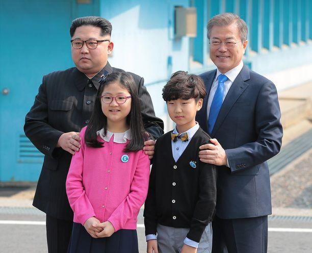 Kim Jong-un ja Moon Jae-in tapasivat toisensa perjantaina.