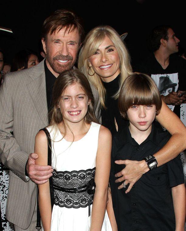 Norris on naimisissa Genan kanssa. Heillä on kaksoset Danilee ja Dakota. Norrisilla on lisäksi kolme lasta aikaisemmasta suhteestaan.