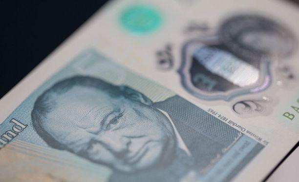 Uusi, muovista valmistettu viiden punnan seteli.