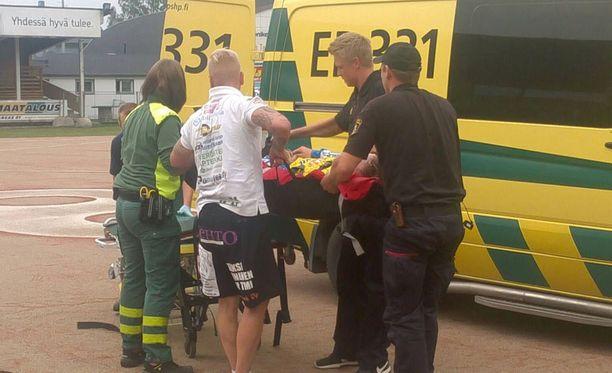 Ambulanssi haki Santeri Särkisen kentältä.