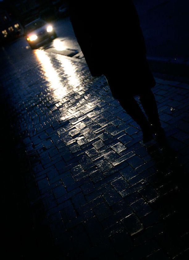 Ilman heijastinta liikkuvaa on hankala havaita pimeillä teillä.