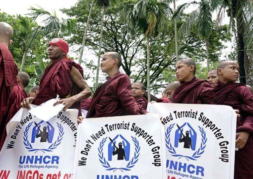 Munkit vaativat kansainvälisiä avustusjärjestöjä lähtemään maasta ja syyttivät YK:n pakolaisjärjestö UNHCR:ää terroristien tukemisesta Rakhinessa 13. elokuuta.