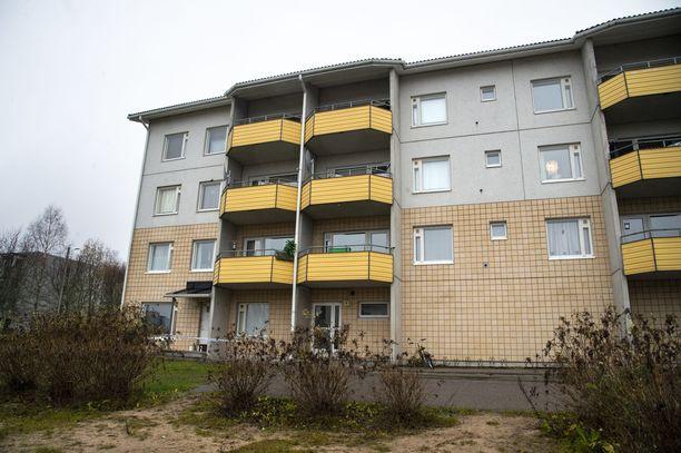 Tiistaisena aamupäivänä Ylä-Ollikkalan kerrostaloalueella oli arkista ja hiljaista. Iltalehden haastattelemien naapureiden mukaan murha-asunnossa vietettiin usein levotonta elämää.