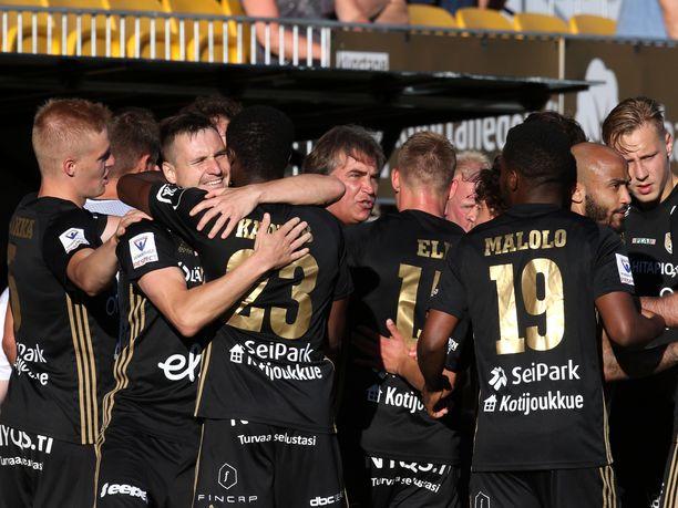Denis Oliinyk (toinen vasemmalta) ratkaisi SJK:lle Pohjanmaan derbyn voiton 95. minuutilla.