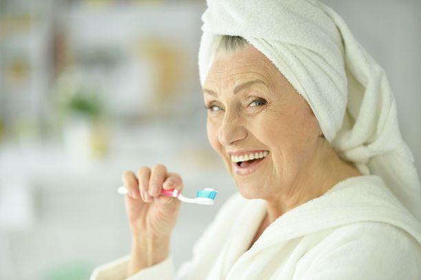 Hyvä suusta ja hampaista huolehtiminen kannattaa ikääntyessä ottaa entistä vakavammin.