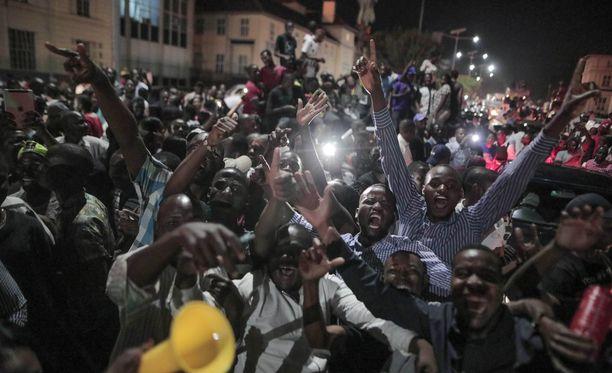 Hararen kaduilla juhlittiin tiistaina illalla, kun Mugabe ilmoitti erostaan.