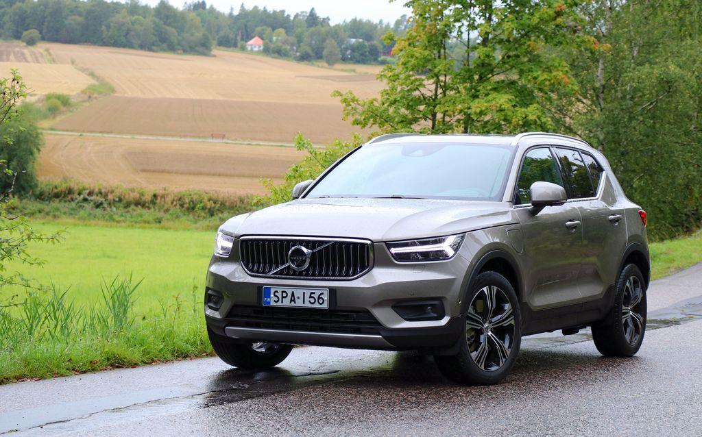 Volvon XC40 lataushybridi säästää mutta ei nynnyile: Reagoi iloisen ärhäkästi nilkan ojennukseen