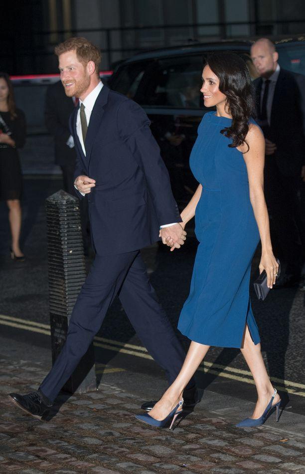Sussexin herttuaparin tiistainen edustustilaisuus kiihdytti huhumyllyä kuninkaallisesta odotuksesta.