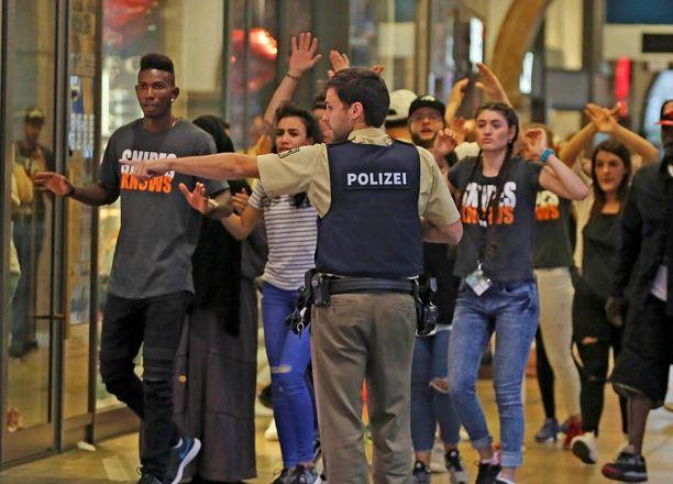 Poliisi ohjasi nuoria ulos Olympia-ostoskeskuksesta joukkoampumisen jälkeen perjantaina.