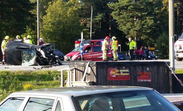 Mopoauto romuttui onnettomuudessa täysin.
