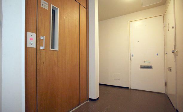 Poliisi löysi kirvessurmista epäillyn Myllyojalla sijaitsevasta kerrostalon asunnosta.