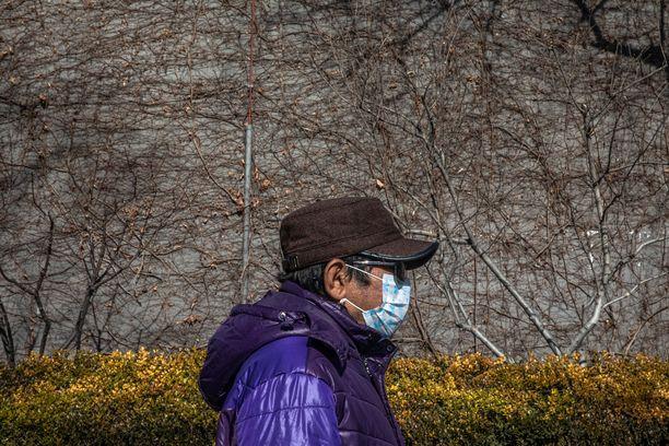 Monet suojautuvat koronavirukselta hengityssuojan avulla, mutta suojien tehosta ei ole varmuutta.
