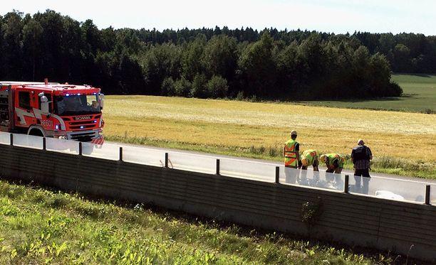 Nuori mies kuoli iltapäivällä Helsingin Itäväylällä. Kuva onnettomuuspaikalta.