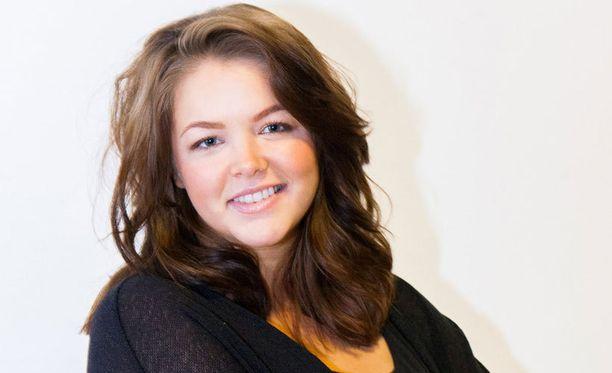 Raakel Korholan perheestä löytyy muusikkosisko Reetan lisäksi muitakin tuttuja kasvoja. Siskosten äiti on poliitikko Eija-Riitta Korhola.