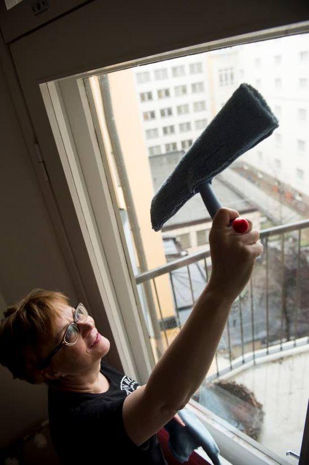 Kodin siivouksesta ei ole syytä ottaa paineita. Kevätsiivouksen voi suorittaa vaikka ystävän kanssa, neuvoo Teija Jerkku Marttaliitosta.