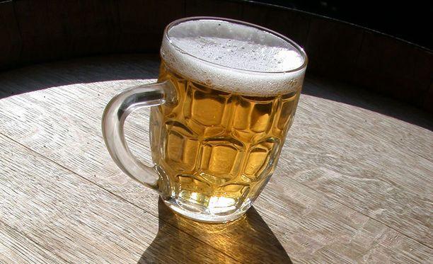 Brittiäidin mielestä alkolin juomista on hyvä opetella jo nuorena.