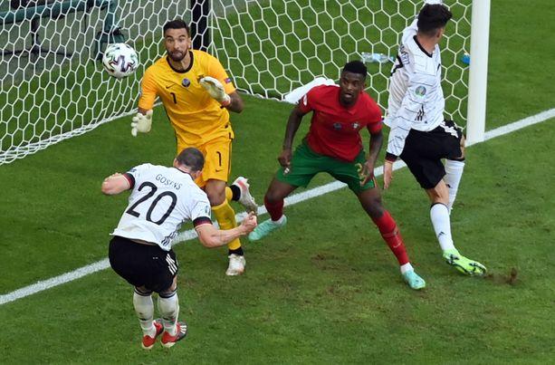 Robin Gosens (vas.) puski Saksan viimeisen maalin sen voittaessa Portugali 4–2.