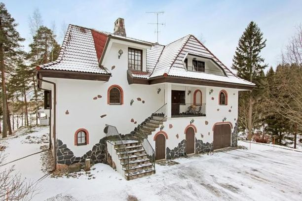 Karkkilalainen maatila oli Suomen katsotuin kohde tammikuussa. Kallion päälle rakennettu kivitalo sijaitsee 3,25 hehtaarin tontilla, jolla sijaitsee muun muassa myös oma lampi.
