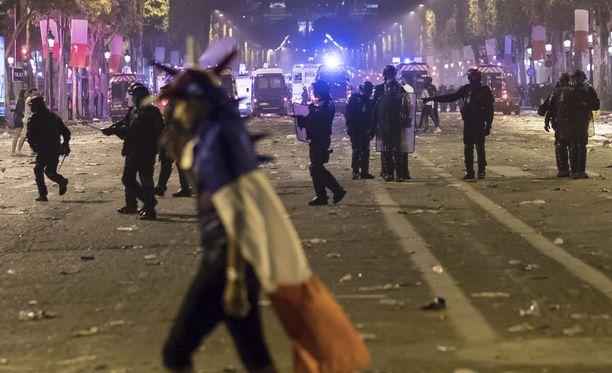 MM-finaali työllisti myös poliisia Pariisin kaduilla sunnuntai-iltana.