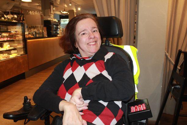 CP-vammainen Janna Maula on kahden alan maisteri, joka haluaa rikkoa vammaisuuteen liitettyjä ennakkoluuloja.