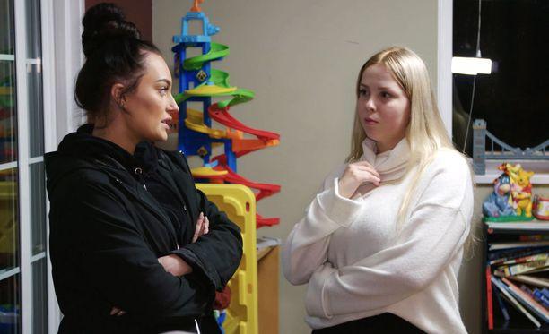 Vanessa kaataa likasangon Johannan niskaan.