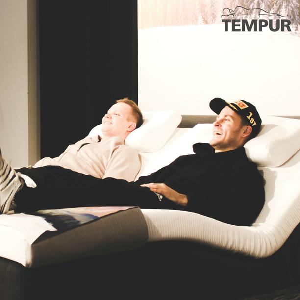 """""""Tähänhän voisi jo nyt nukahtaa."""" Jare Brand ja manageri Joonas Isopahkala kävivät Tempurilla testaamassa moottorisänkyä."""