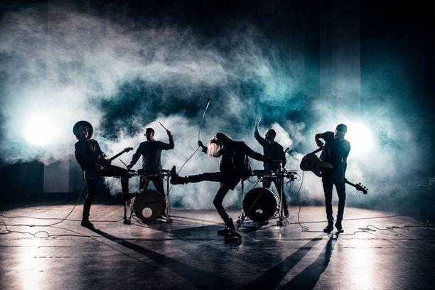 Kauniit & Uhkarohkeat julkaisi alkuvuodesta hitiksi nousseen Kuningatar-kappaleen.