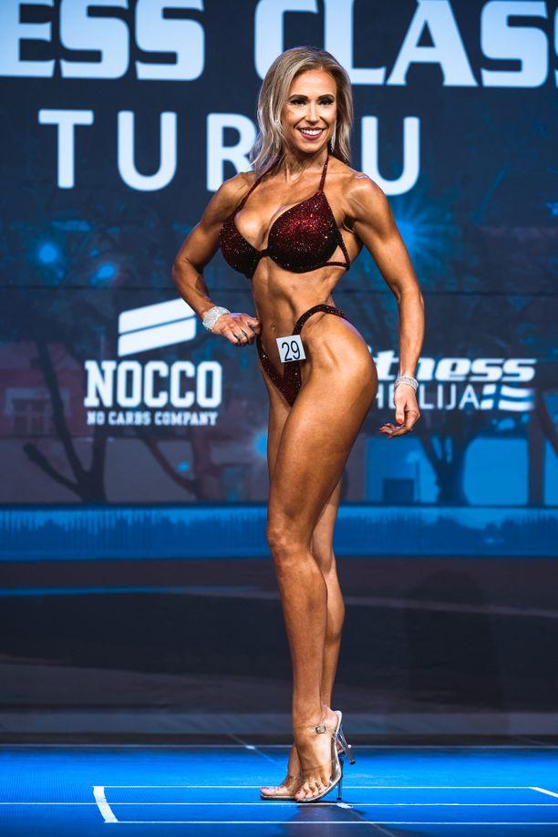 Michelle Fröberg poseerasi Bikini fitness Masters -kilpailussa.