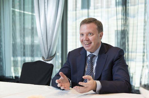 Rosatomin varapääjohtaja Kirill Komarov väitti Kauppalehdelle syyskuussa 2016, että Hanhikiven voimalahanke on aina esillä, kun Vladimir Putin tapaa Sauli Niinistön. Rosatom on luvannut Komarovin mukaan hankkeelle 2,4 miljardia euroa.