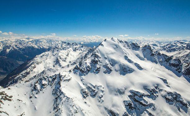 Valtava lumivirta nielaisi kiipeilijäryhmän, joka oli lähellä Monte Nevoson huippua. Kuvituskuva.