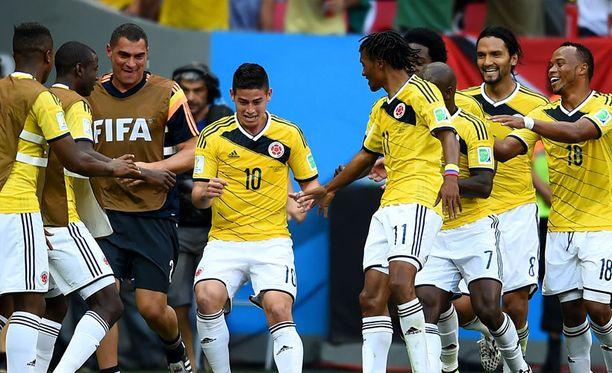 James Rodriguezin (kesk.) avausmaali käynnisti kolumbialaispelaajien tanssin.