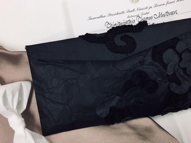 Tarja Mäntymaa kantoi Linnassa tätä paperista tehtyä laukkua.