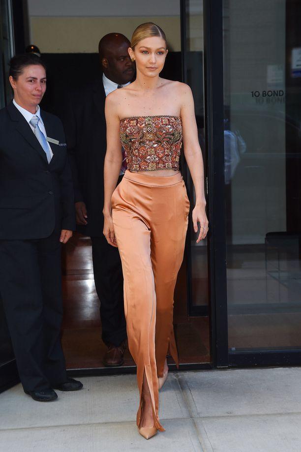 Nyt: It-tyttö Gigi Hadid nähtiin alkuviikosta tuubitopissa New Yorkissa.