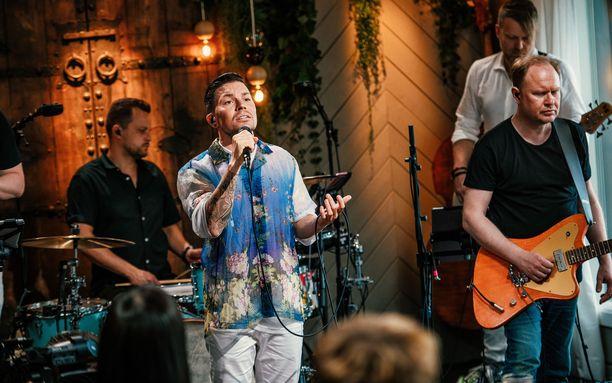 Antti Tuisku esittää koskettavan tulkintansa Lauri Tähkän Minun Suomeni -kappaleesta, jonka Tuisku on kirjoittanut yhdessä Jurekin ja Henna Sariolan kanssa.